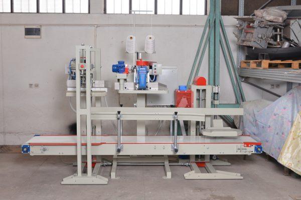 Sistem za zatvaranje napunjenih vreća sa natresačem i čeljustima za zakretanje napunjenih vreća